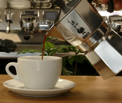 In der Espressokanne Filterkaffee servieren