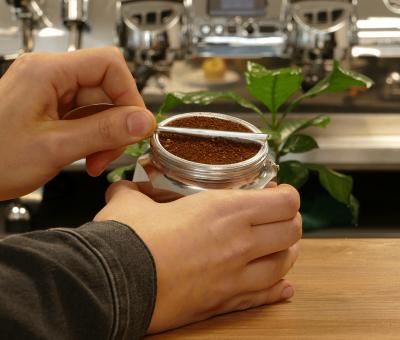 Den gemahlenen Kaffee fuer die Espressokanne glattstreichen