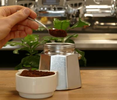 Den gemahlenen Kaffee fuer Filterzubereitung einfuellen