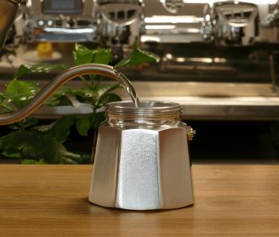 In die Espressokanne heisses Wasser fuellen
