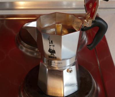 Die Espressokanne auf den Herd stellen und den Kaffee aufkochen