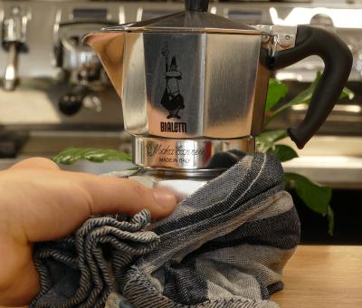 Die Espressokanne nach dem Kochen kühlen