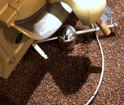 Der Kaffee wird in der Roesterei vom Microroaster geröstet